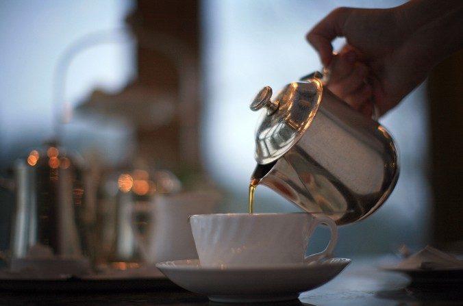 El té verde y negro contienen una decente cantidad de cafeína, llegando entre 24 a45 y de 14 a 70 mgs respectivamente. (Christopher Furlong/Imágenes Getty)