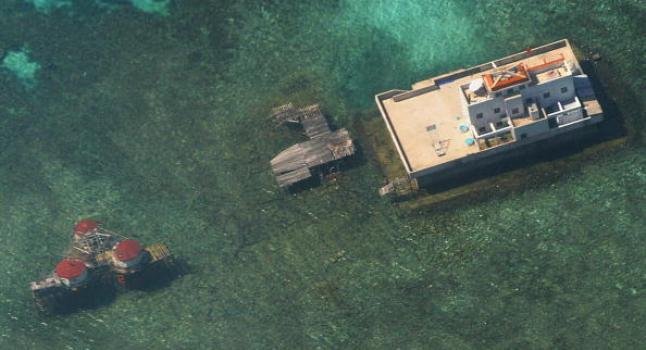 Fotografía aérea tomada en noviembre de 2003 donde se ven estructuras construidas por la Rep. Popular China en aguas en disputa del Mar de China Meridional. (STR/AFP/Getty Images)