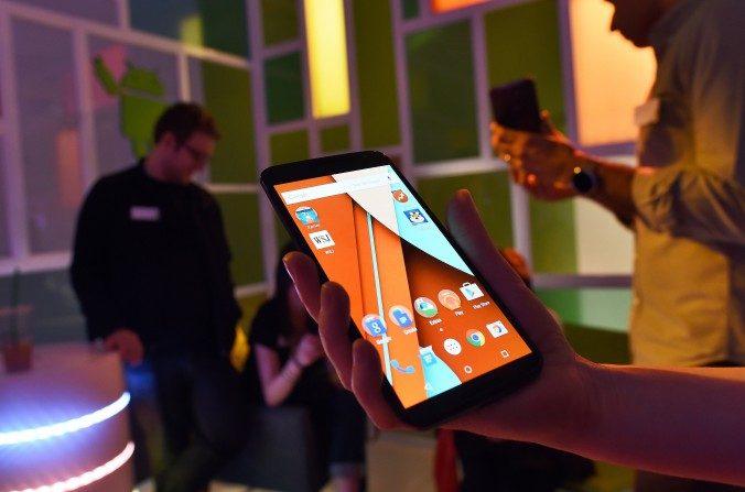 Periodistas echan un vistazo al mas reciente smartphone Nexus 6 de Google durante una presentación a los medios en Nueva York el 29 de octubre 2014. (Jewel Samad/AFP/Getty Images)