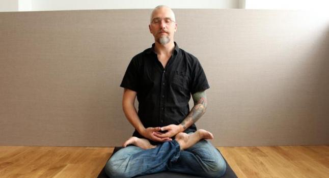 """Pake Hall, quien dirige el """"Sendero de Libertad"""", en una clase de meditación en una prisión de Suecia, en el Centro Zen de Gotemburgo, Gotemburgo, 22 de agosto de 2014. (Susanne W. Lamm/La Gran Época)"""