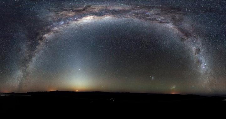 La Vía Láctea se arquea en una panorámica del cielo austral tomada desde el Observatorio de Paranal, en Chile. / ESO/H.H. Heyer