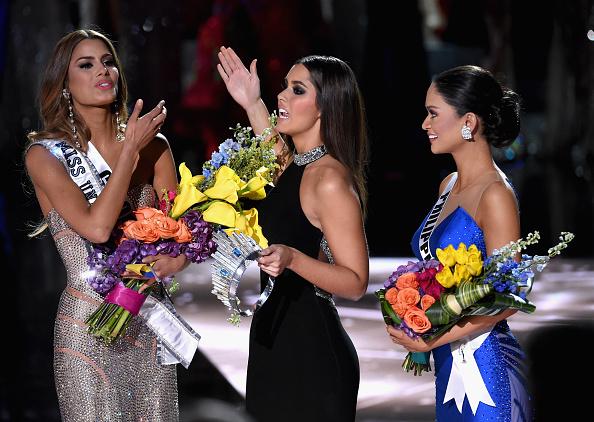Un error del presentador le hizo pensar al mundo que la sucesora de Paulina Vega era Ariadna Gutiérrez. Sin embargo, la sincelejana quedó virreina, pues la tarjeta del jurado en realidad decía que la nueva soberana universal de la belleza es Filipinas. (Ethan Miller/Getty Images)