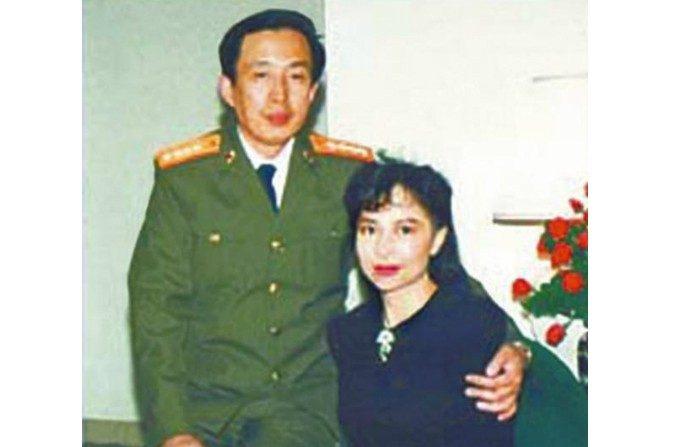 Luo Yu (izquierda), hijo del ex general revolucionario chino Luo Ruiqing, y su difunta esposa (derecha), la ex actriz de Hong Kong y empresaria Tina Leung, en una foto sin fecha. (Captura de pantalla / NTDTV)