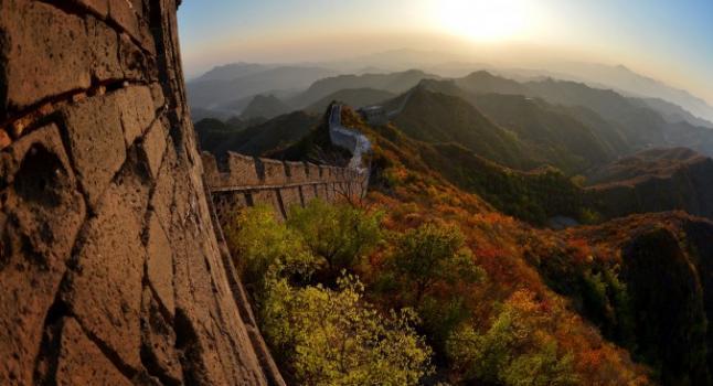 Esta foto tomada el 20 de octubre de 2012, muestra una sección de la gran muralla China en Jinshanling, provincia de Hebei. El famoso doctor Pi Tong nació en un condado del sur de Hebei, él trataba a sus pacientes con mucho cuidado y a veces daba medicina y tratamiento gratis a los pobres. (Mark Ralston/AFP/Getty Images)