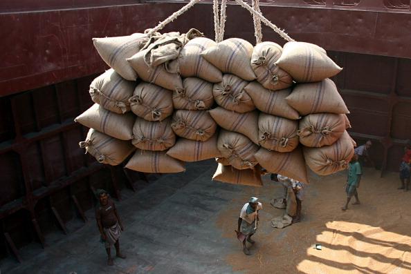 Descargan sacos llenos de trigo desde el transporte de carga de un buque en el puerto. (Foto por: mayoría mundo/UIG via Getty Images)