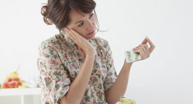 Mujer con fármacos antidepresivos. (BSIP/UIG via Getty Images)