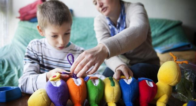 Niño autista con madre depresiva que consume antidepresivos. (BSIP/UIG via Getty Images)