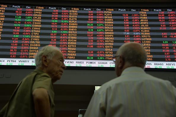 Los hombres se ven en la sede de intercambio de acciones en el centro de Sao Paulo Brasil (crédito de foto debe leer NELSON ALMEIDA/AFP/Getty Images)