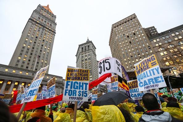 Los manifestantes están exigiendo acción de legisladores y candidatos presidenciales para aumentar el salario mínimo a $15 USD la hora. (Foto por Cem Ozdel/Agencia de Anadolu/Getty Images)