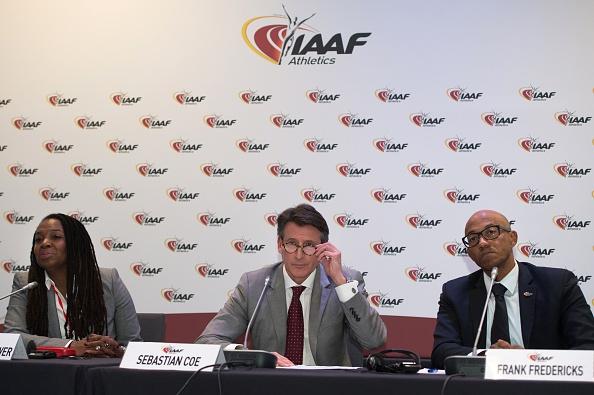 Asociación Internacional de federaciones de Atletismo (IAAF) Presidente Sebastian Coe (C), junto con el ex atleta estadounidense y Presidente de Federación, Stephanie Hightower (L) y ex atleta Namibio Frank Fredericks, en reunión del Consejo de la IAAF (crédito de foto debe leer BERTRAND LANGLOIS/AFP/Getty Images)
