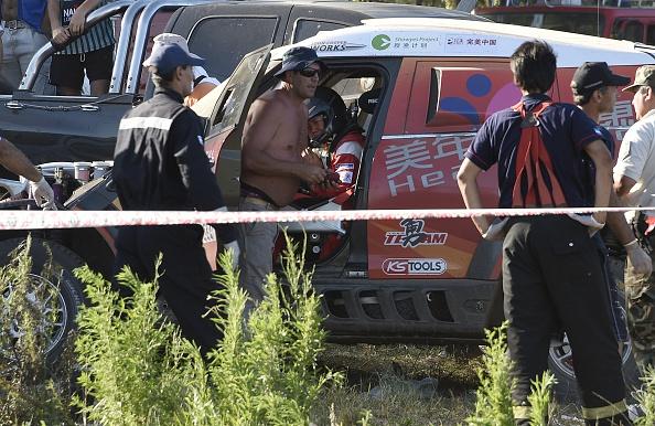 Chinese Meiling Guo (C) la foto dentro de su coche después de accidentarse contra la multitud durante el prólogo de 11 km Rally Dakar 2016, en Buenos Aires, en 02 de enero de 2016. (crédito de foto debe leer FRANCK FIFE/AFP/Getty Images)