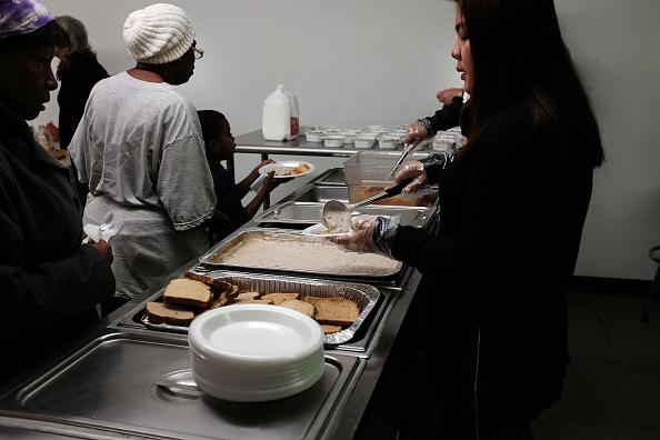 Desayuno por voluntarios en la misión de la costa que ofrece servicios a las personas desempleados, sin hogar y aquellos en necesidad. (Foto de Spencer Platt/Getty Images)