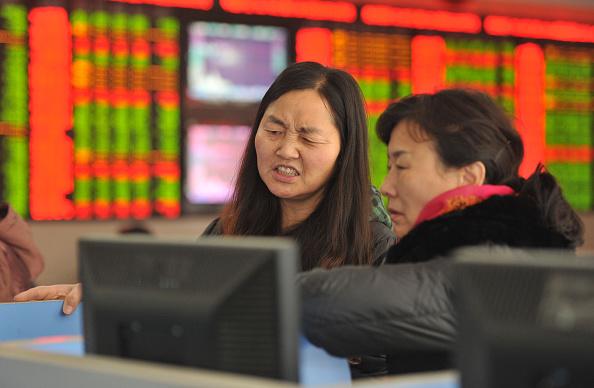 Inversionistas observan las acciones en la bolsa de valores en 4 de enero de 2016 en Fuyang, provincia de Anhui de China.  (ChinaFotoPress/ChinaFotoPress via Getty Images)