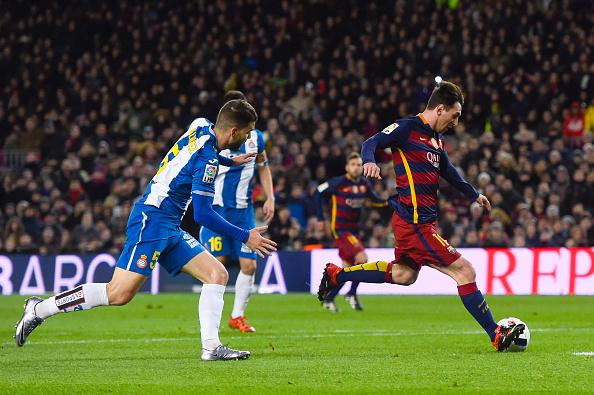 Lionel Messi del FC Barcelona anota el gol de apertura durante la ronda de la Copa del Rey de 16 primer pierna partido entre FC Barcelona y RCD Espanyol en el Camp Nou en 06 de enero de 2016 en Barcelona, España. (Foto de David Ramos/Getty Images)