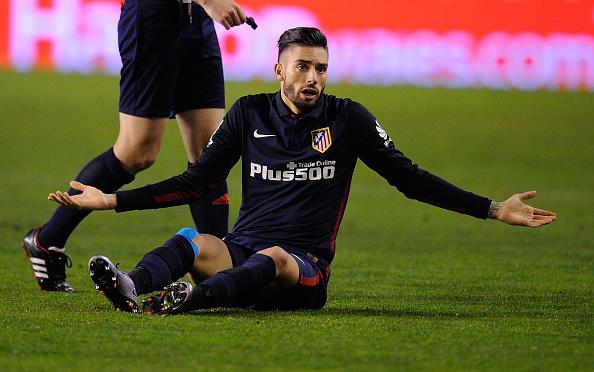 Yannick Carrasco del Club Atlético de Madrid (1º) reacciona después de ser sucia durante la Copa del Rey. (Foto de Denis Doyle/Getty Images)