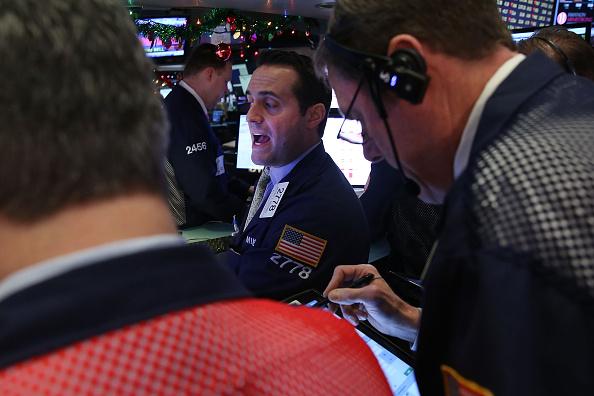 Asesores de la bolsa de Nueva York (NYSE). Las acciones chinas bajaron el jueves por más de un 7% y el Dow cae más 200 puntos en las operaciones de la mañana. (Foto de Spencer Platt/Getty Images)