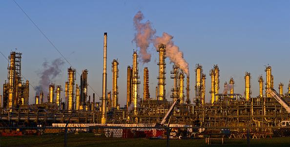 Una refinería de petróleo de recursos de Flint Hills se encuentra en Corpus Christi, Texas, Estados Unidos, enero de 2016. Petróleo crudo se deslizó el jueves el nivel más bajo desde 1996 como turbulencia en China, el consumo de energía más grande de mundos, incitó preocupaciones sobre la fortaleza de la demanda. Fotógrafo: Eddie sello/Bloomberg a través de Getty Images