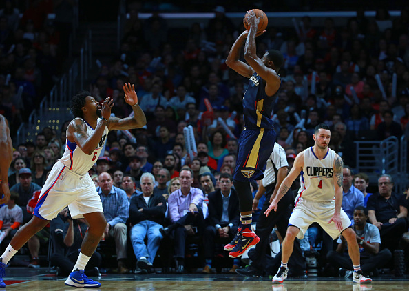 Tyreke Evans #1 de los pelícanos de Nueva Orleans dispara un tiro en salto sobre DeAndre Jordan #6 de los Clippers de Los Angeles en la segunda mitad durante el juego de NBA en el Staples Center el 10 de enero de 2016 en Los Ángeles, California. Los Clippers derrotaron a los pelícanos 114-111. (Foto por Victor Decolongon/Getty Images)