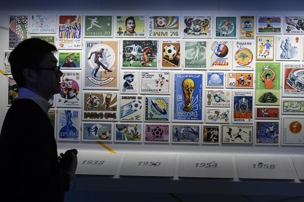 El Museo de fútbol del mundo de FIFA se abrirá sus puertas el 28 de febrero de 2016 permitiendo que el cuerpo de fútbol manchado por el escándalo del mundo mostrar objetos del patrimonio del deporte. (crédito de foto debe leer FABRICE COFFRINI/AFP/Getty Images)
