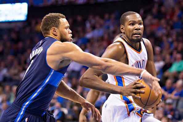 Kevin Durant de los Oklahoma City Thunder con Justin Anderson #1 de los Mavericks de Dallas (Foto por Wesley Hitt/Getty Images)