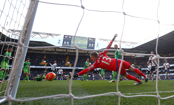 Mousa Dembele (4 L) de Tottenham Hotspur anota el segundo gol de su equipo pasado Jordan Pickford del Sunderland durante el partido de la Barclays Premier League entre el Tottenham Hotspur y Sunderland el 16 de enero de 2016 en Londres, Inglaterra. (Foto por Paul Gilham/Getty Images)