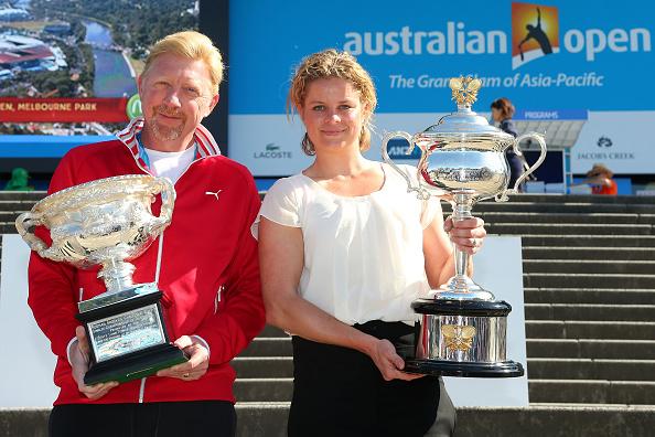 MELBOURNE, AUSTRALIA - 18 de enero: Ex australiano abierto campeón Boris Becker de Alemania y Kim Clijsters de Bélgica con Daphne Akhurst Memorial Cup y Norman Brookes Challenge Cup. (Foto por Denholm Graham/Getty Images)