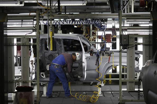Un trabajador en la línea de ensamblaje en la Toyota Motor Corp. planta de fabricación en San Antonio, Texas, Estados Unidos, en miércoles, 20 de enero de 2016. La oficina de análisis económico de Estados Unidos está programada para lanzar cifras del producto interno bruto (PIB) el 29 de enero. Fotógrafo: Lucas Sharrett/Bloomberg a través de Getty Images