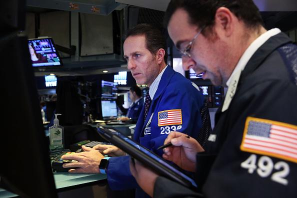 En el piso de la bolsa de Nueva York (NYSE) en 29 de enero de 2016 en la ciudad de Nueva York. El promedio industrial Dow Jones subió más de 100 puntos el jueves después de una subida en los precios del petróleo, el día tercero consecutivo de aumento de los precios. (Foto de Spencer Platt/Getty Images)