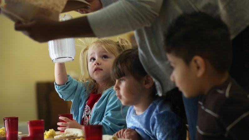 La educación nutricional es fundamental para criar niños sanos, tanto en la salud física como mental (Photo by John Moore/Getty Images)