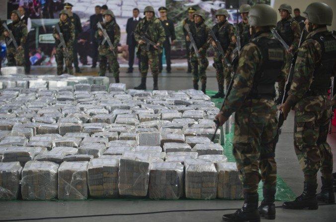 Oficiales de policía al arribo de más de 7 toneladas de cocaína en la policía aeroportuaria en Lima el 1 de septiembre de 2014. (Ernesto Benavides/AFP/Getty Images)