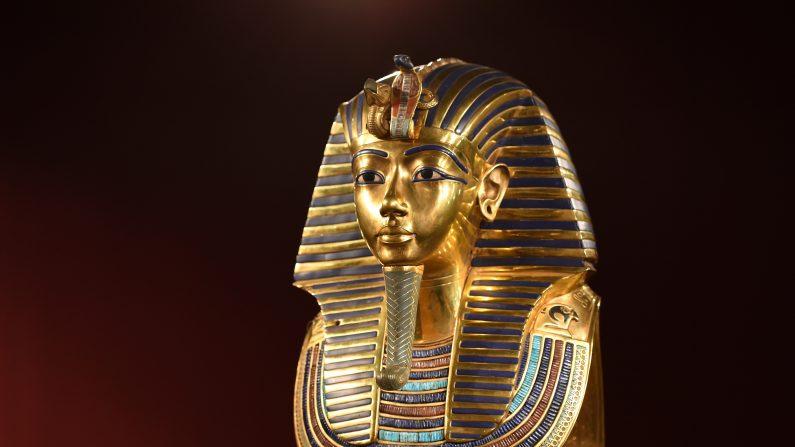 Empleados acusados de reparar con pegamento máscara de Tutankamón enfrentan sanciones. (Hannes Magerstaedt/Getty Images)