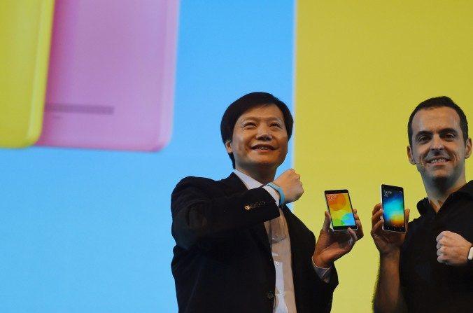 El Ceo de Xiaomi Global, Lei Jin (L) posa para una foto con el vicepresidente de Xiaomi Global, Hugo Barra, durante un evento en Nueva Delhi el 23 de abril del 2015. De acuerdo con los términos de uso de Xiaomi, se requiere que los clientes acaten las normas de censura del régimen chino (Money Sharma /AFP/Getty Images).