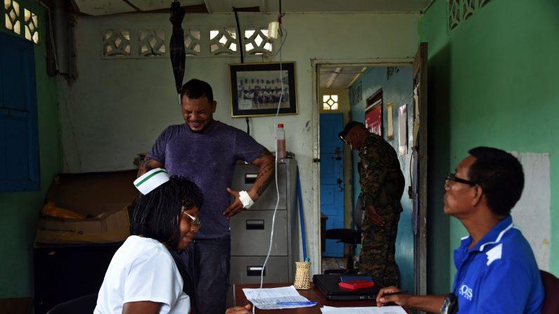 Los cubanos indocumentados varados en la frontera de Panamá con Costa Rica reciben revisión médica y vacunación, luego que uno de los isleños falleciera ayer debido a la gripe AH1N1, en Progreso (Panamá). (RODRIGO ARANGUA/AFP/Getty Images)