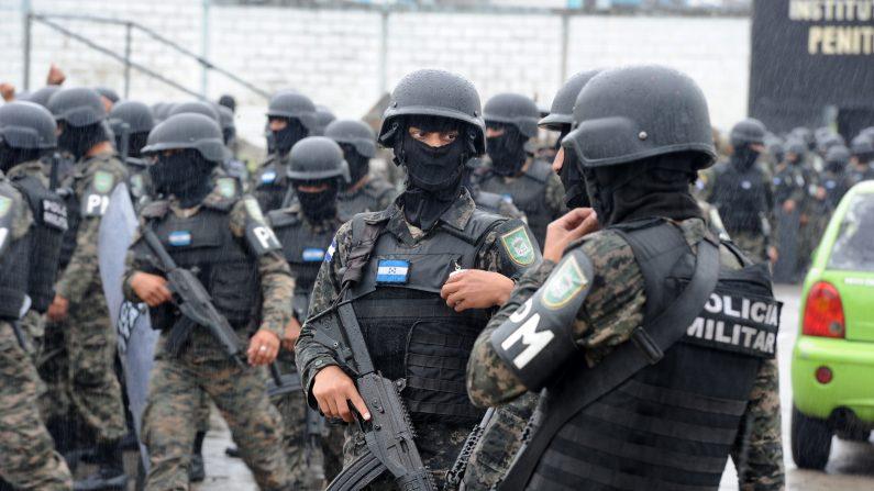 Al menos 8 reos muertos y 24 heridos fue el saldo que dejó un motín ocurrido en una cárcel de Guatemala. Cuerpos de seguridad realizaron operativos de vigilancia y verificación en el penal para retomar el control. (ORLANDO SIERRA/AFP/Getty Images)