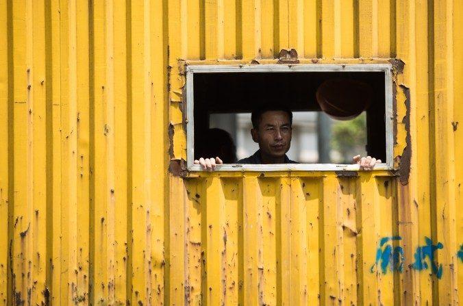 Un trabajador en un camión en Shanghai el 14 de agosto del 2015. (Johannes Eisele / AFP / Getty Images)
