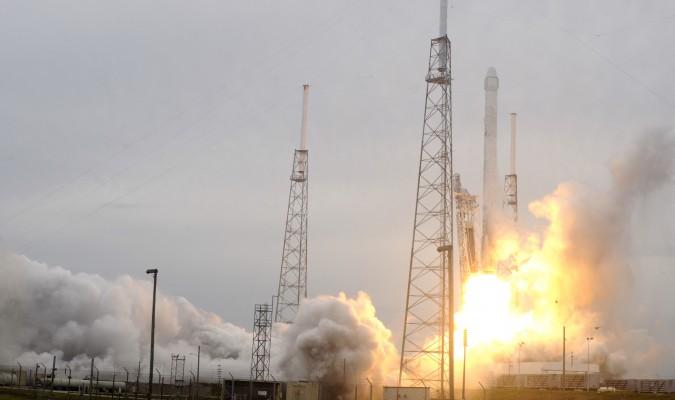 El Falcon 9 puso en órbita un avanzado satélite de observación oceanográfico, pero su intento de aterrizaje en una plataforma en medio del océano no terminó como esperaban.  (BRUCE WEAVER/AFP/Getty Images)