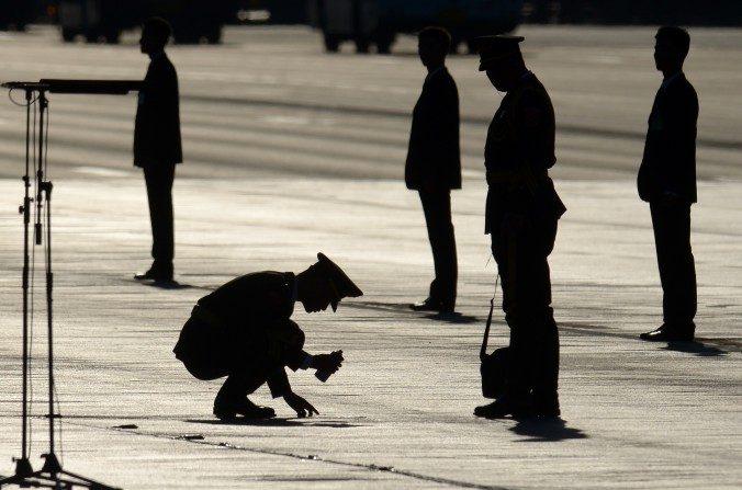 Un soldado chino marca un punto en el suelo antes de un desfile militar en la Plaza de Tiananmen en Beijing el 03 de septiembre del 2015. El 29 de diciembre, el Grupo 27 del Ejército en Beijing, una unidad notoria por participar en la masacre de la Plaza Tiananmen el 4 de junio de 1989, fue disuelta, reorganizada y reubicada en Shandong, una provincia vecina. Una reorganización de todo el ejército se está realizando actualmente. (Wang Zhao / AFP / Getty Images)