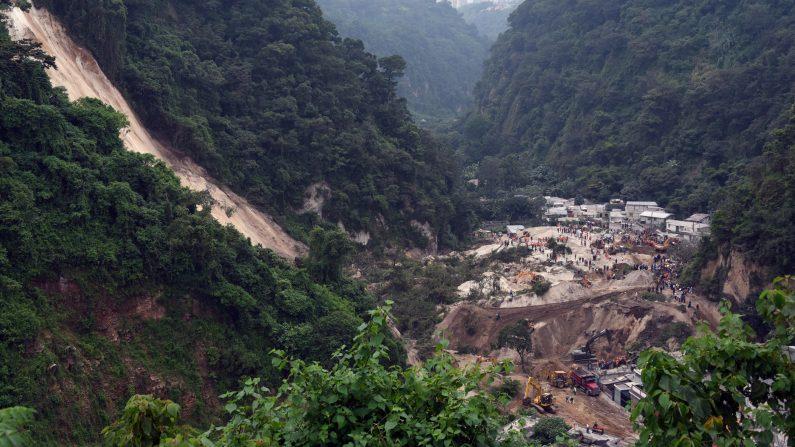 Detienen en Guatemala a exalcalde por alud que dejó 280 muertos en octubre.  (JOHAN ORDONEZ/AFP/Getty Images)