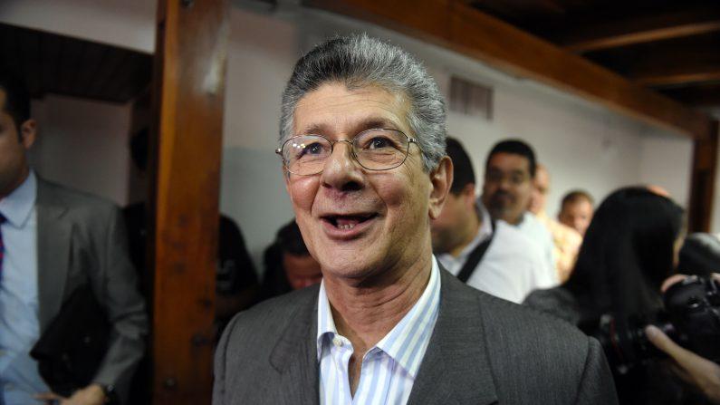 El diputado opositor venezolano Henry Ramos Allup. Los 112 diputados de la oposición y los 55 del oficialismo se posesionarán el martes 5 de diciembre. Es la primera vez en 17 años que el chavismo es minoría en el Parlamento. (JUAN BARRETO/AFP/Getty Images)