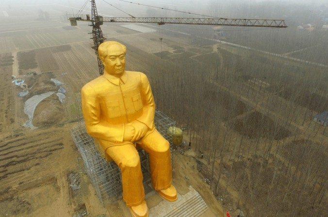 La estatua dorada gigante de Mao Zedong, que estaba erigida en el condado de Tongxu, Kaifeng, provincia de Henan, en el centro de China. (STR/AFP/Getty Images)