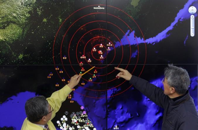 Funcionarios meteorológicos en Seúl, Corea del Sur, evalúan una pantalla que muestra las ondas sísmicas el 6 de enero del 2016, a partir de una reciente prueba de armas nucleares de Corea del Norte. La prueba sugiere que el régimen chino está teniendo dificultades para controlar a Corea del Norte. (Chung Sung-Jun / Getty Images)