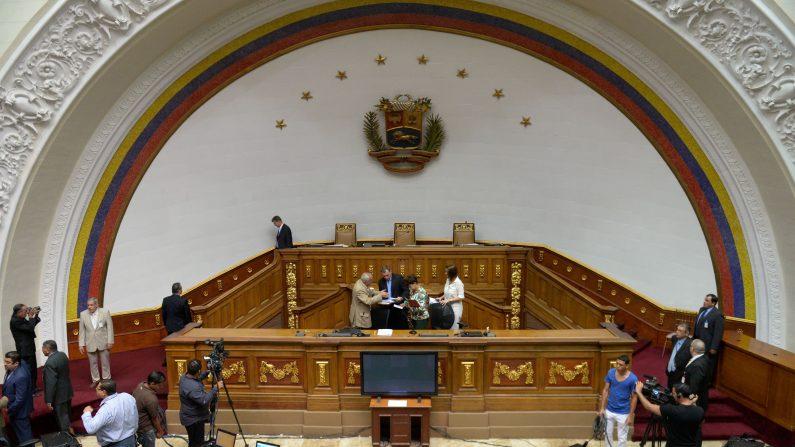 Chavistas atacan con tomates a periodistas que intentan ingresar a la Asamblea Nacional de Venezuela. (FEDERICO PARRA/AFP/Getty Images)