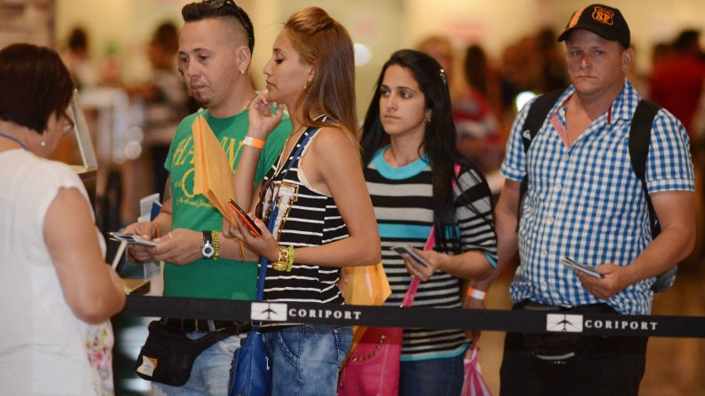Hasta el momento, menos del 10% de los inmigrantes indocumentados salvadoreños amparados por TPS en Estados Unidos hicieron los trámites de reinscripción para la nueva prórroga. Foto: CARLOS GONZALEZ/AFP/Getty Images