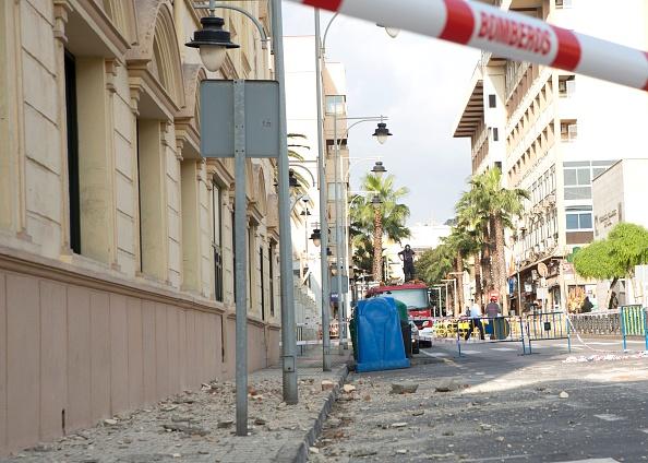 Escombros se encuentra en una calle en el enclave español de Melilla después de un terremoto de 6,1 magnitud que azotó en el mar de Medditerranean entre Marruecos y España. (ANGELA RIOS/AFP/Getty Images)