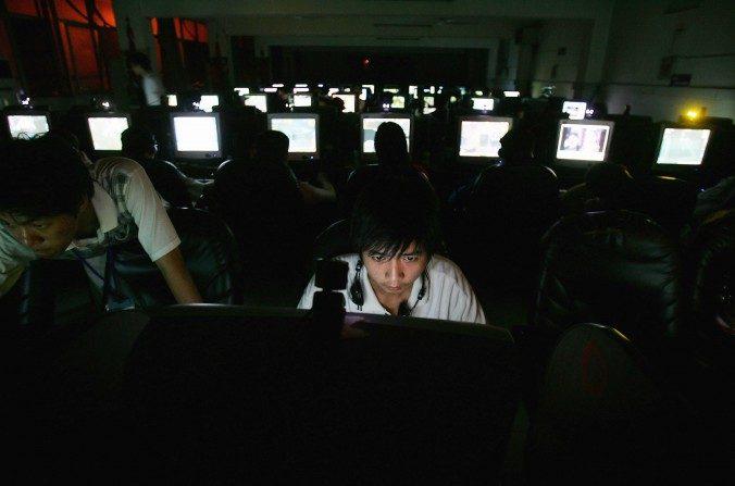 Jóvenes chinos en un ciber café en Wuhan, provincia de Hubei el 11 de junio de 2005. (Cancan Chu/Getty Images)