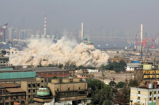 Explosivos se utilizan para demoler el edificio más alto en el sitio de la Expo Mundial de Shanghai para dar paso a trabajos de construcción para la Expo Mundial de Shanghai 2010 en Shanghai, China, el 08 de noviembre del 2006. (China Photos / Getty Images)