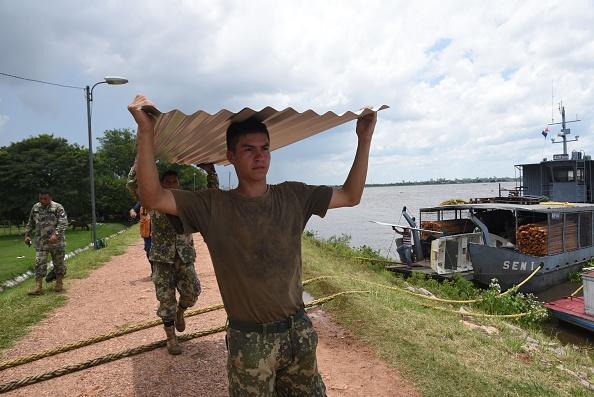 Soldados paraguayos durante las operaciones de rescate y ayuda en Alberdi , a 130 km al sur de Asunción , el 30 de diciembre de 2015. Foto: NORBERTO DUARTE / AFP / Getty Images