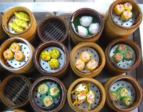 El dim sum son pequeños bollos de masa, al vapor o fritos –aunque también se los puede encontrar salteados u horneados- que pueden tener una gran variedad de rellenos. Foto:  UncorneredMarket.com/ Getty Images