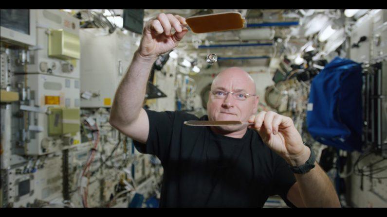El astronauta de la NASA Scott Kelly juega al ping pong con una pelota de agua en el espacio. (Captura de video)