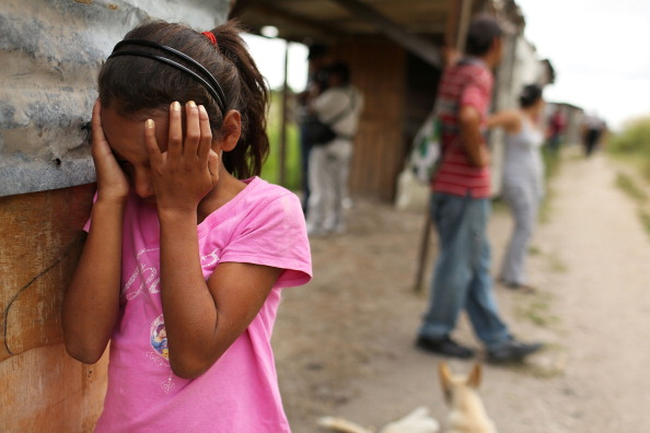 Una niña llora como su casa y el vecindario se desmontan con fuerza en un barrio de chabolas después que el gobierno afirmó que la solución era ilegal el 20 de julio de 2012 en Tegucigalpa, Honduras. (Foto: Spencer Platt/Getty Images)